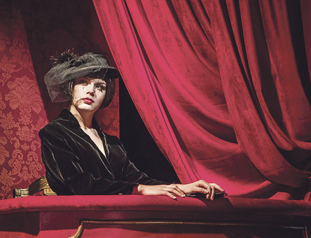 Alina Annabelle Schmidtin roolissa Linnateatterin näytelmässä 39 askelta