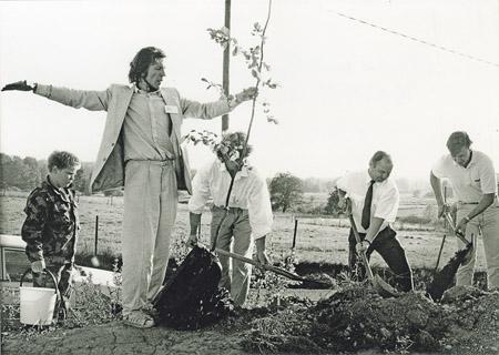 Koulun kuudennen työvuoden aluksi 16.8.1989 istutettiin alakoulun pihaan vuorijalava. Istutusoperaatiota ohjasi koulumme pihasuunnittelija ja maisema-arkkitehti Jukka Jormola. Puu on kasvanut, ja nykyinen iltapäiväkerho on saanut puusta nimensä.