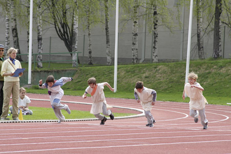 Kuvassa juoksua viidensien luokkien olympialaisissa
