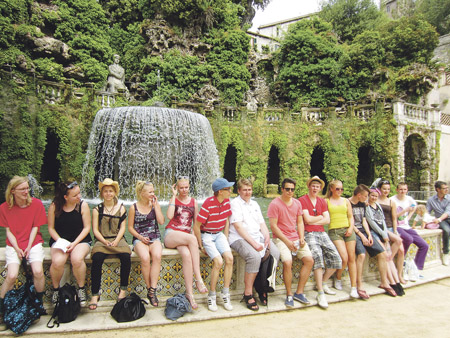 Kuvassa lukion 3.luokka Roomassa kulttuurihistorian leirikoulussa Tivolissa, matkalla käytiin myös Ostiassa.