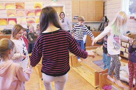 Kuvassa leikki muunneltavassa luokkahuoneessa