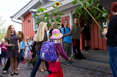 Koulun ekaluokkalaiset kulkevat ihka ensimmäisenä koulupäivänään luokkaansa kukkakujan läpi, kukin oman 6. luokkalaisen kumminsa ohjaamina.