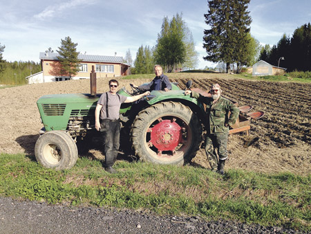 Rainer Sarström, Jukka Jormola ja Harri Linko muokkaamassa peltoa